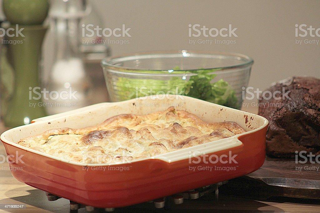 Ciotola di insalata greca e una torta di carne foto stock royalty-free