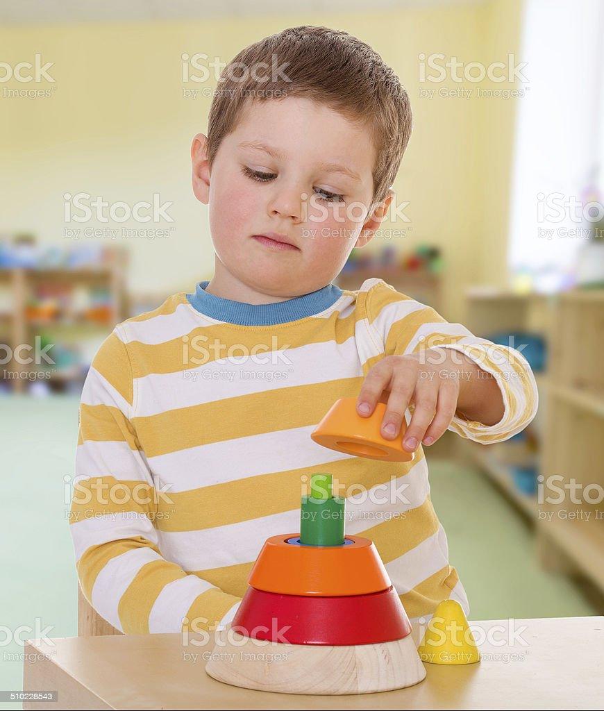 Garçon Pyramide de couleur demande photo libre de droits