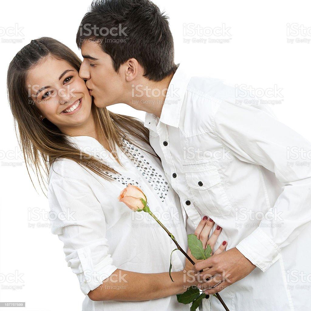 Garçon fille donnant une rose et romantique baiser. photo libre de droits