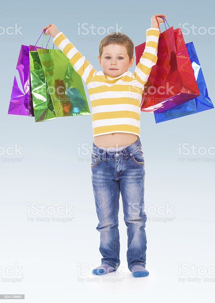 Petit garçon va faire les boutiques. photo libre de droits