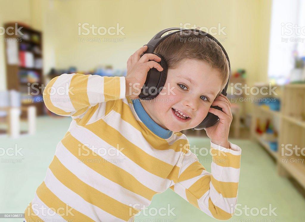 Garçon en noir des écouteurs. photo libre de droits