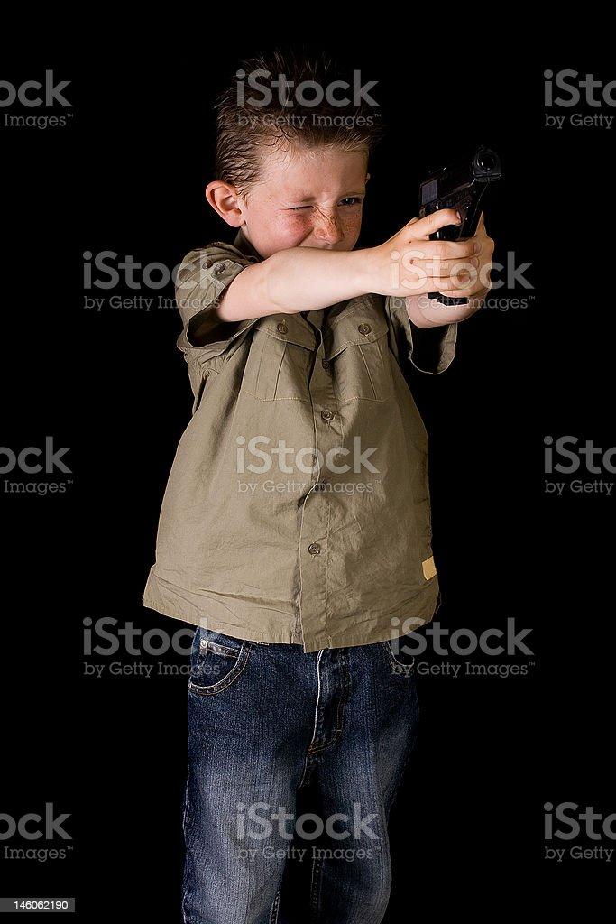 Garçon est viser son arme à feu photo libre de droits