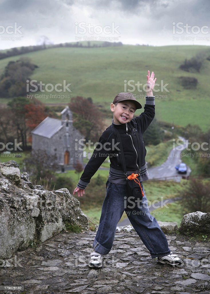 Garçon sur une colline photo libre de droits