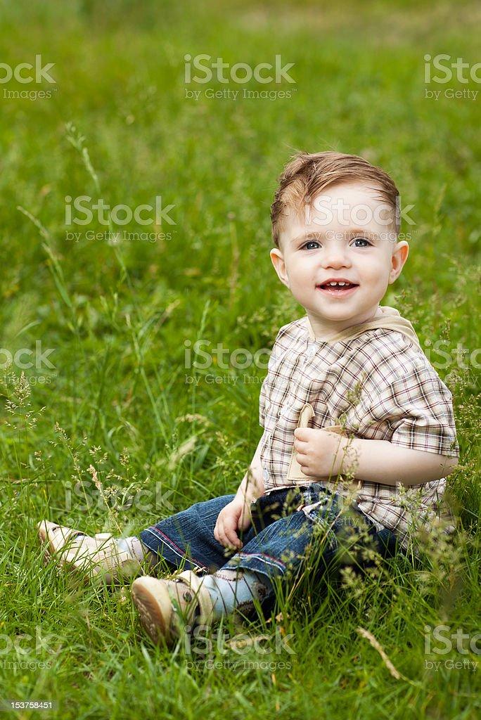 Garçon sur herbe photo libre de droits
