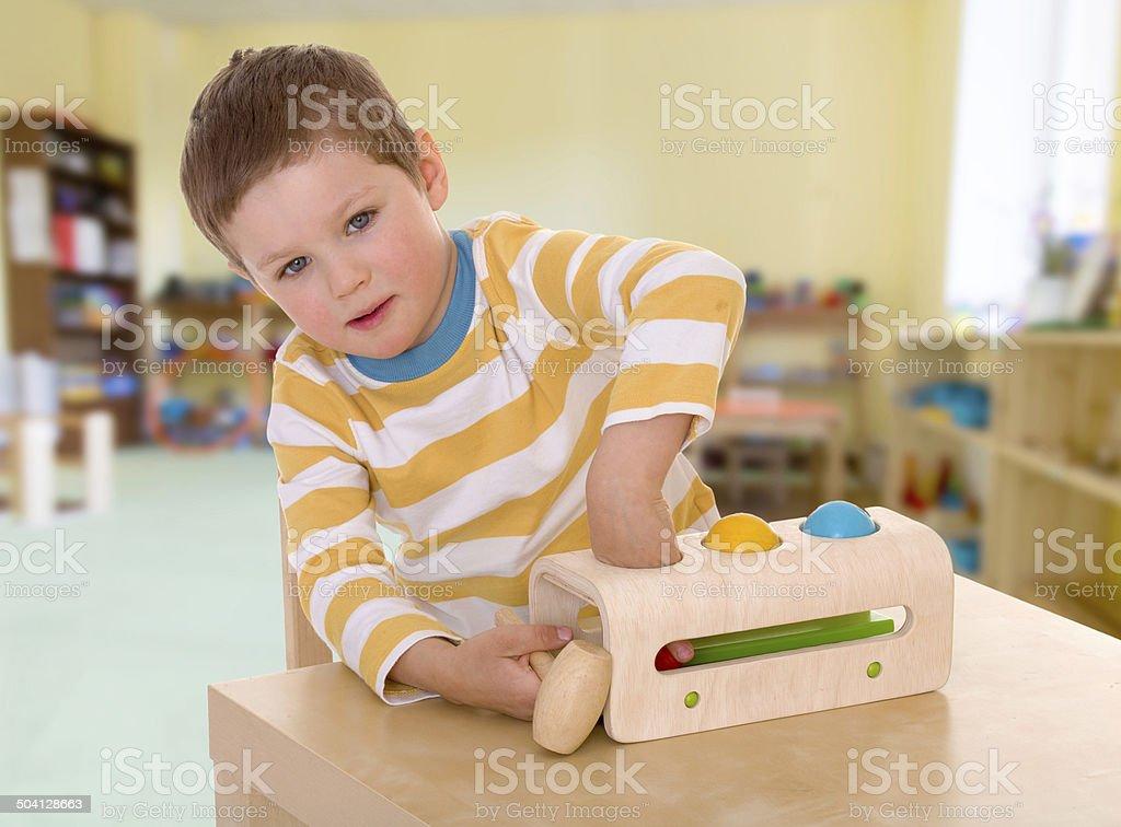 Petit garçon jouant des balles. photo libre de droits