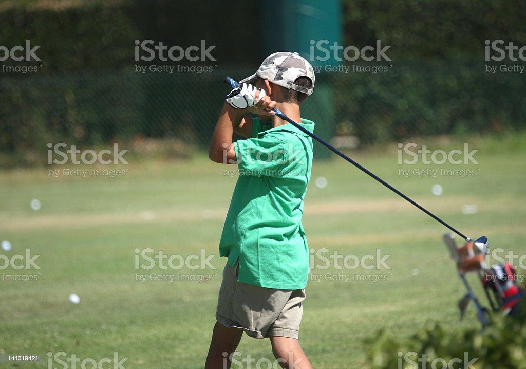 Niño jugando Golf foto de stock libre de derechos