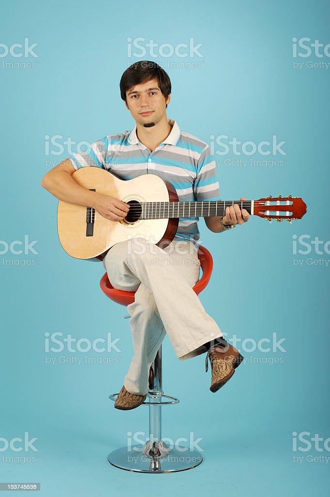 Petit garçon jouant de la guitare photo libre de droits