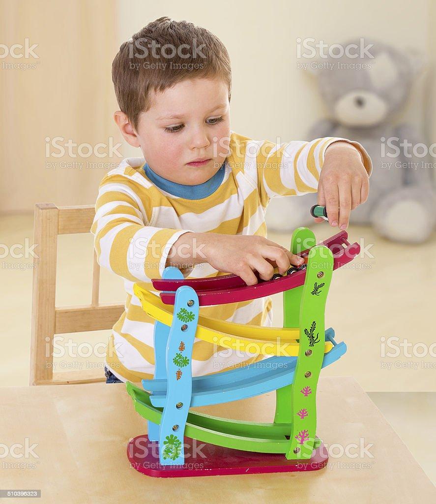 Petit garçon jouant avec voiture. photo libre de droits