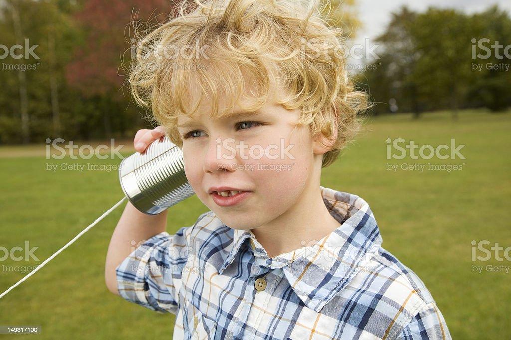 Мальчик играет телефон