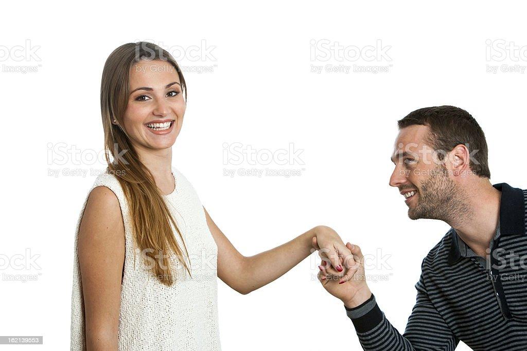 Garçon propose de petite amie. photo libre de droits