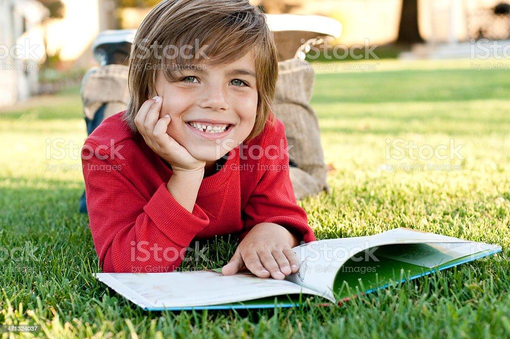 boy reading foto de stock libre de derechos