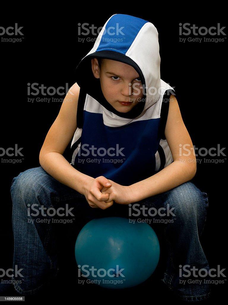 Petit garçon se dresse sur baloon photo libre de droits