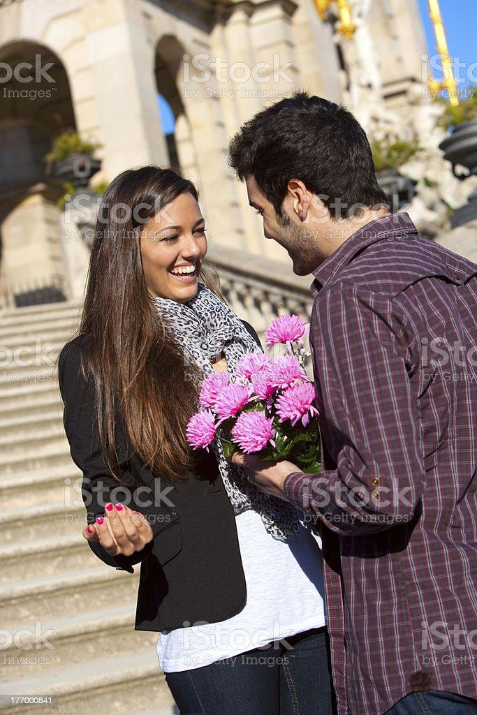 Garçon surprenant sa copine à fleurs photo libre de droits