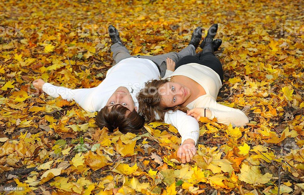 Copain et copine allongée sur les feuilles photo libre de droits