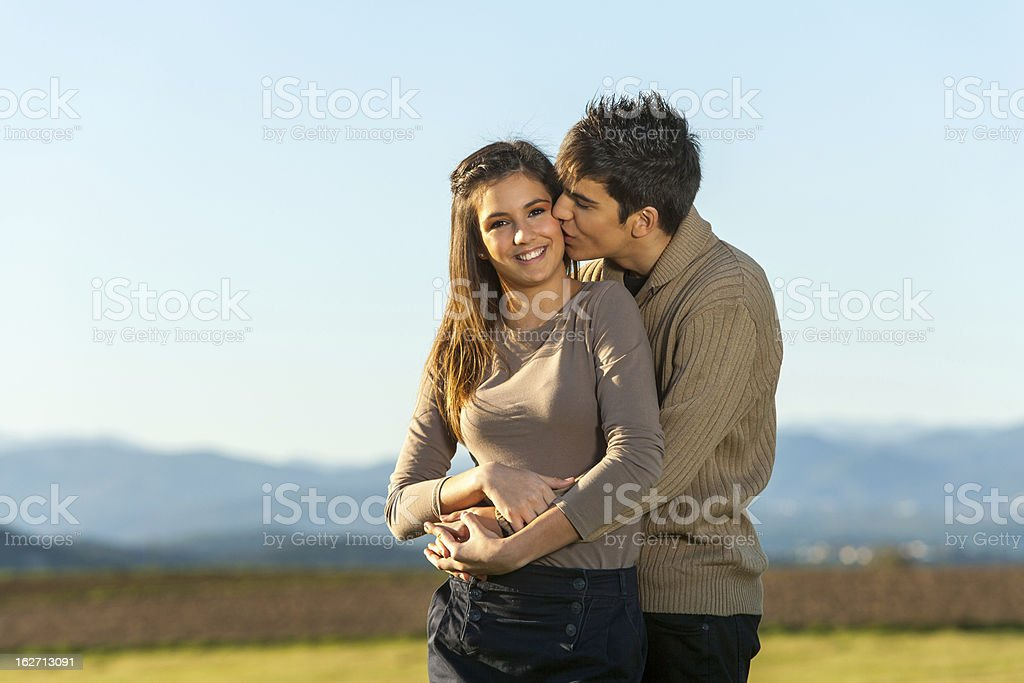 Boyfriend Embrasser copine sur la joue à l'extérieur. photo libre de droits