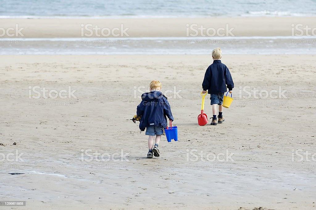 ビーチで遊ぶ少年 ロイヤリティフリーストックフォト