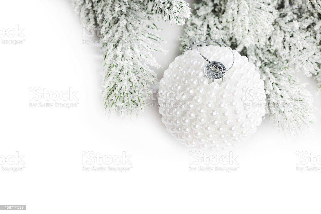 Ramo de Árvore de Natal com neve e Bola foto de stock royalty-free