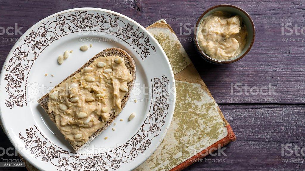 Tostar pão com humus foto de stock royalty-free