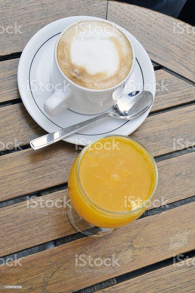 Frühstück: Kaffee und Orangensaft. Lizenzfreies stock-foto