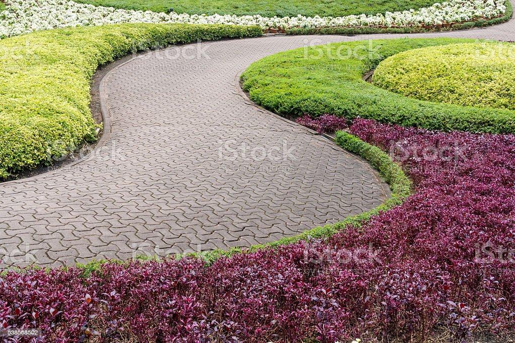 Chemin de briques rouges dans le jardin fleuri photo libre de droits