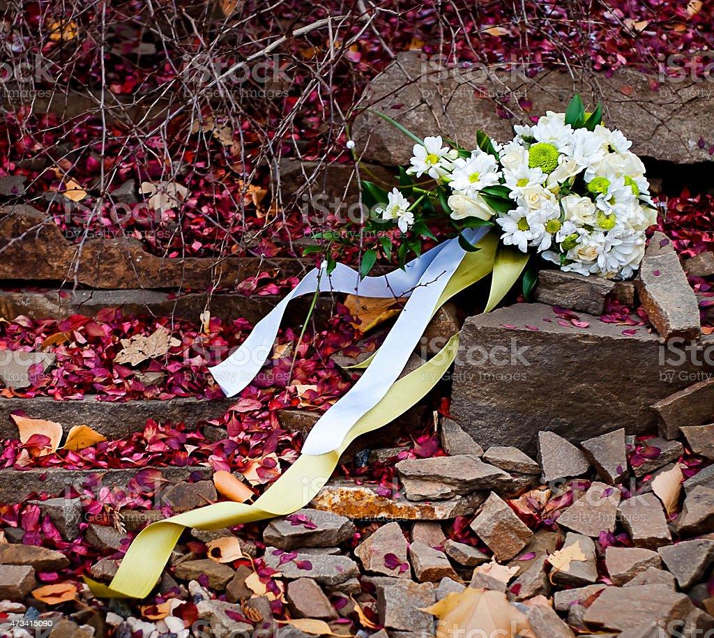 bouquet de la mariée et de fallen pétales photo libre de droits