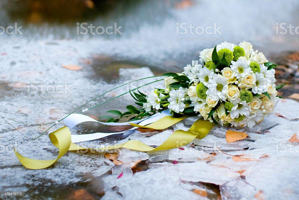 bouquet de la mariée sur la glace photo libre de droits