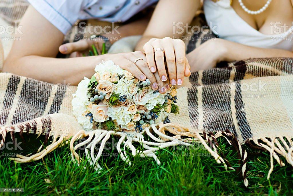 Le marié et la mariée de mains avec Anneaux de mariage (Flouté) photo libre de droits