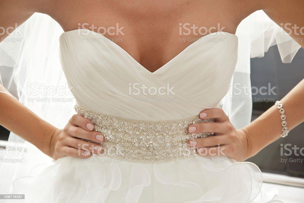 Mariée dans une robe à décolleté plongeant photo libre de droits