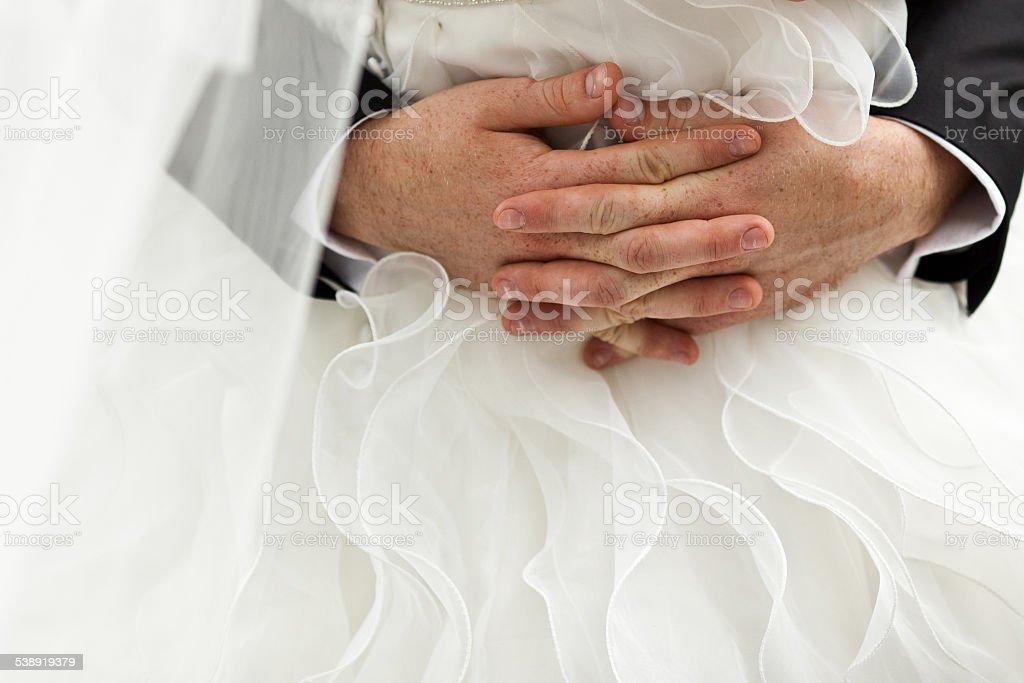 Le marié embrasse la mariée photo libre de droits