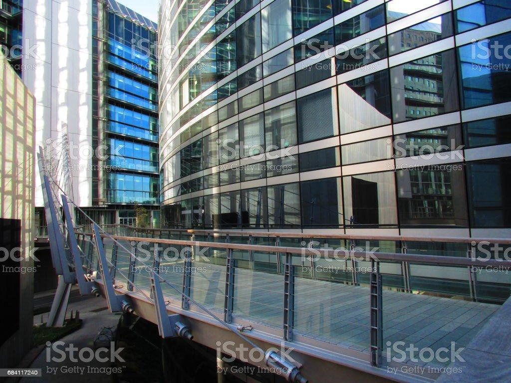Pont dans quartier d'affaires La Defense stock photo