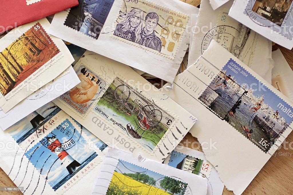 Briefmarken auf einem Haufen stock photo