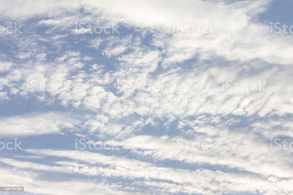 Strahlend blauem Himmel mit vielen Wolken Lizenzfreies stock-foto