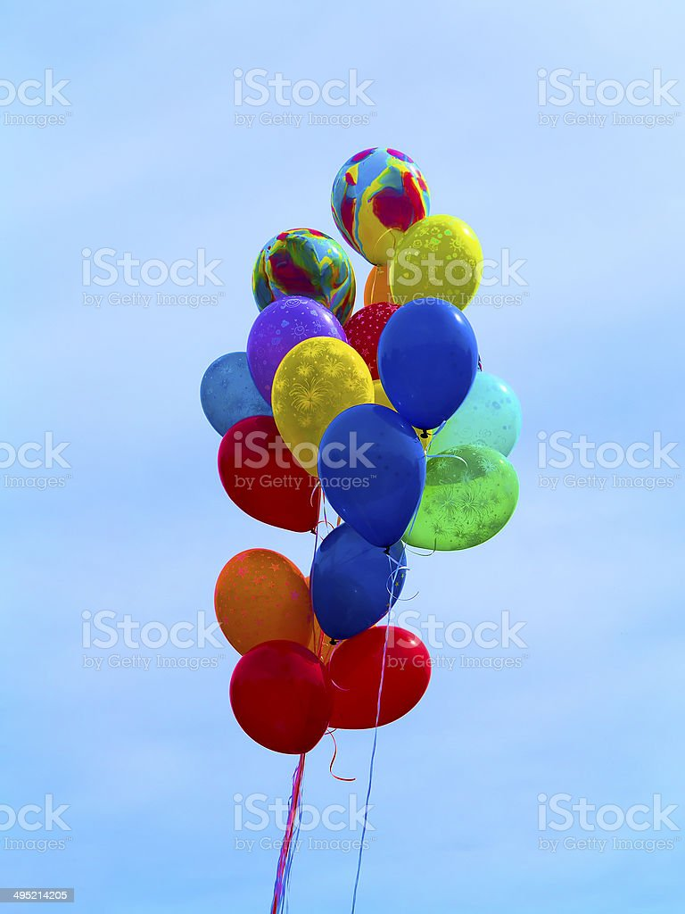 Brilhante colorido balões sobre céu azul foto de stock royalty-free