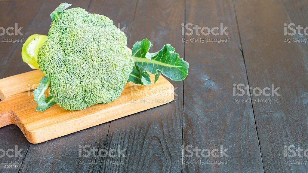 Brokkoli auf Hacken Holz Lizenzfreies stock-foto
