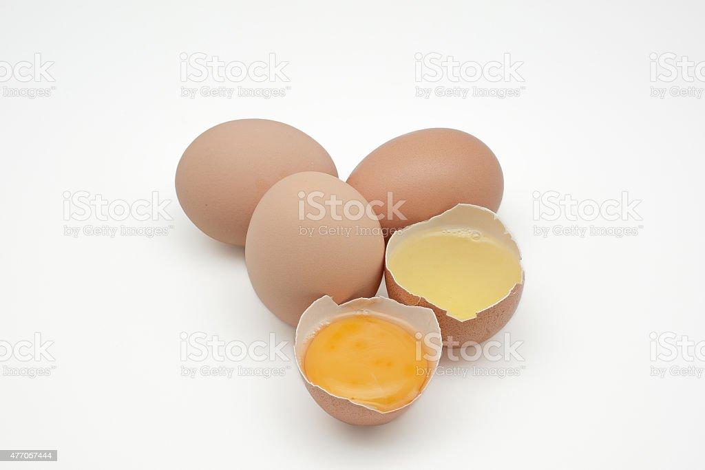 Broken egg Isolado no branco plano. separada clara de ovo e foto royalty-free
