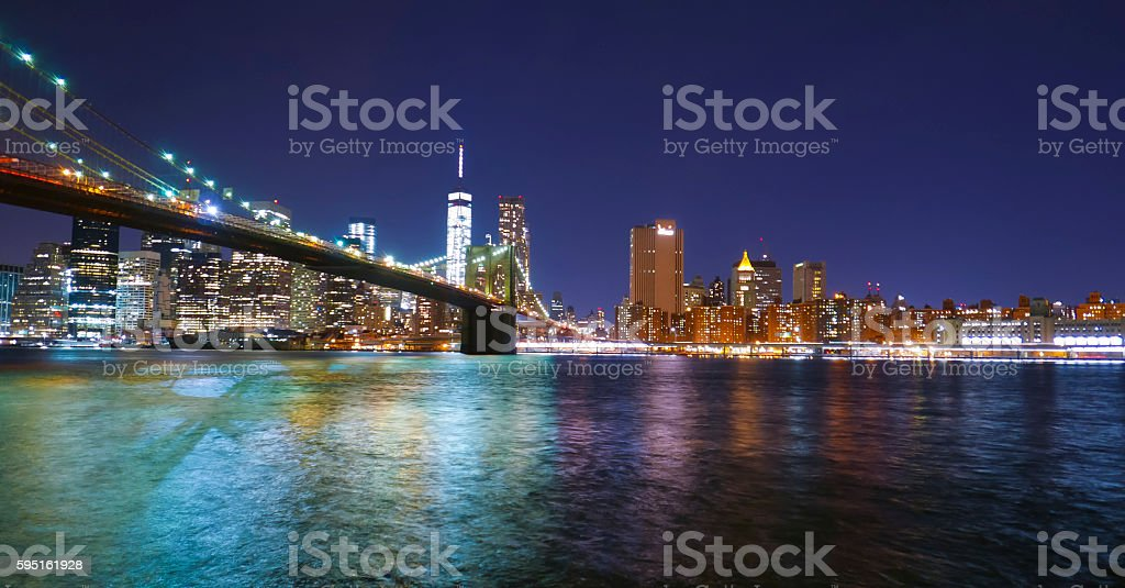 Brooklyn Bridge New York at night and Manhattan skyline Lizenzfreies stock-foto