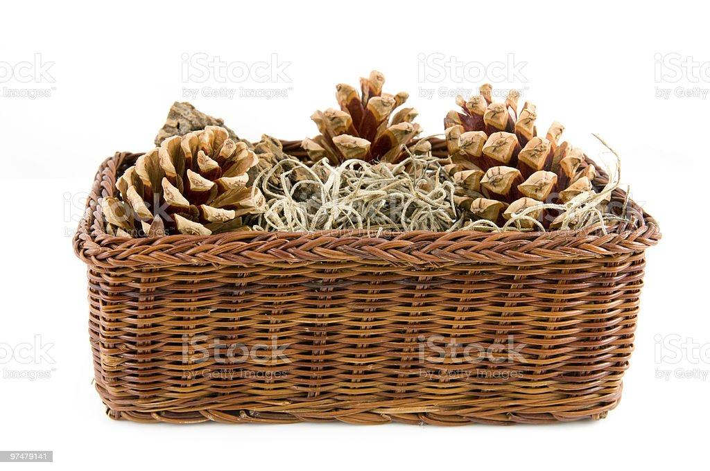 Brown panier avec des pommes de pin photo libre de droits