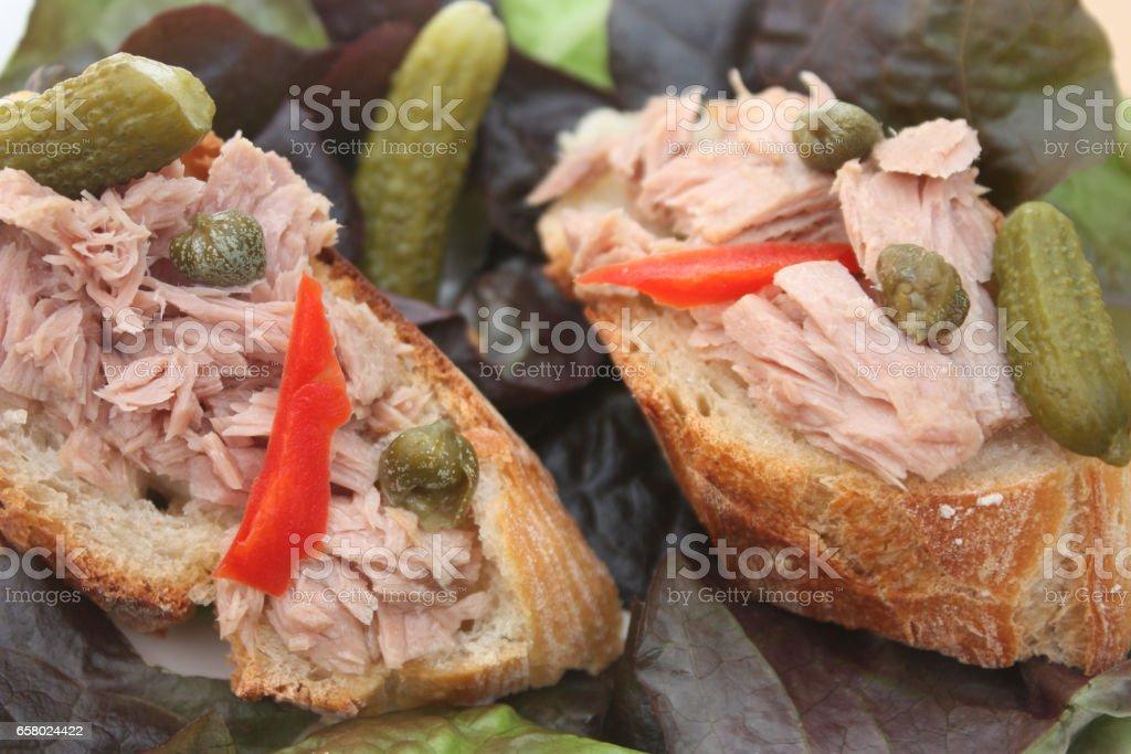 Bruschetta - Tartine de Pain au thon à l'huile stock photo