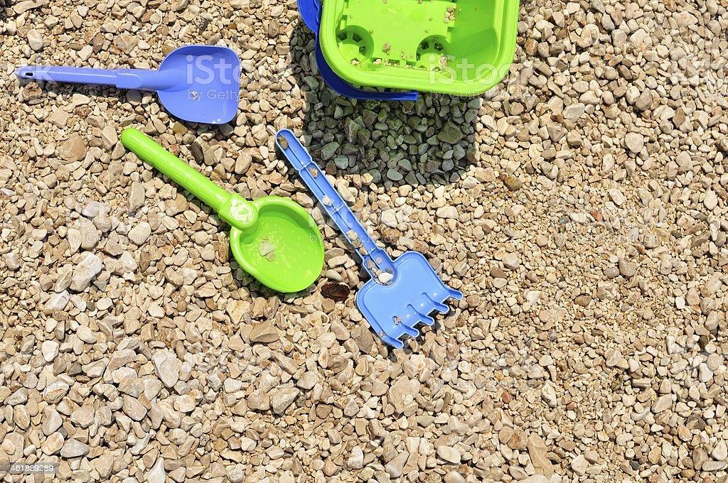 Wiadro, spade i łopatka na pebbly beach zbiór zdjęć royalty-free