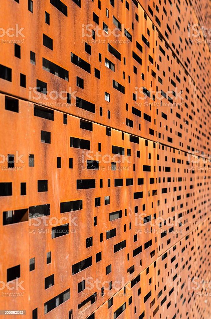 fachada del edificio de intemperie perforado de acero de lminas corten acero foto de stock