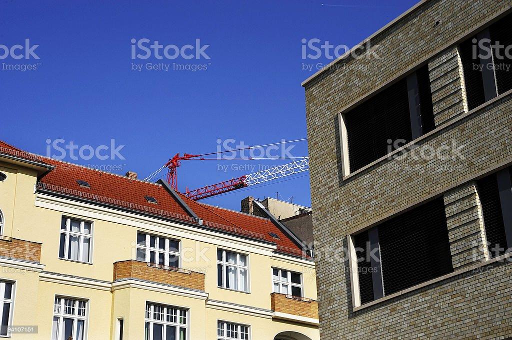 Edifícios com jib-guindaste foto royalty-free
