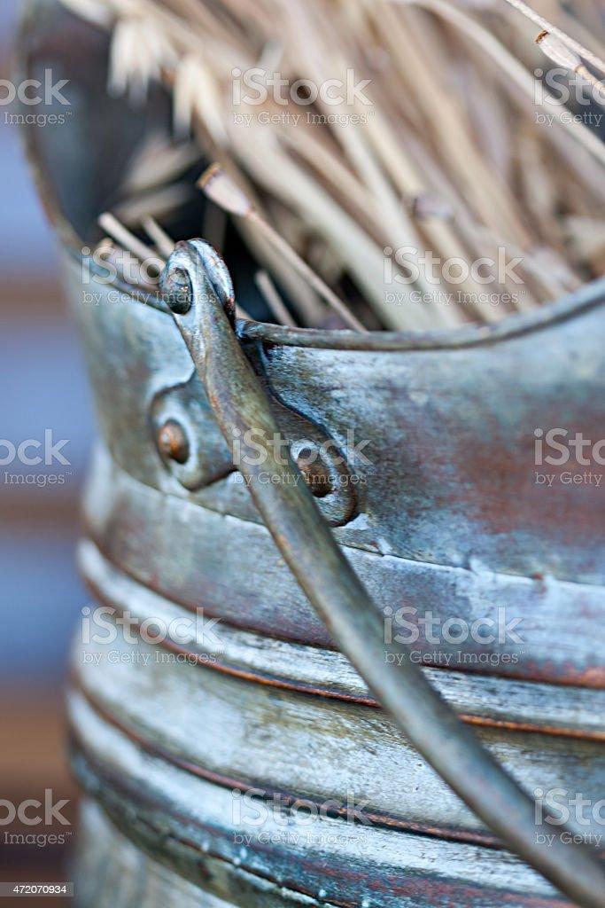 Cacho secas ouvidos em um azul cerâmica vase. close-up foto royalty-free