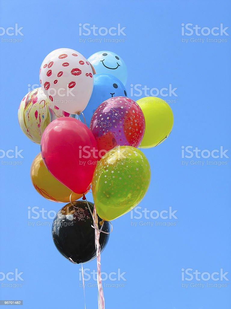 Punhado de balões de festa colorido contra o céu azul foto de stock royalty-free