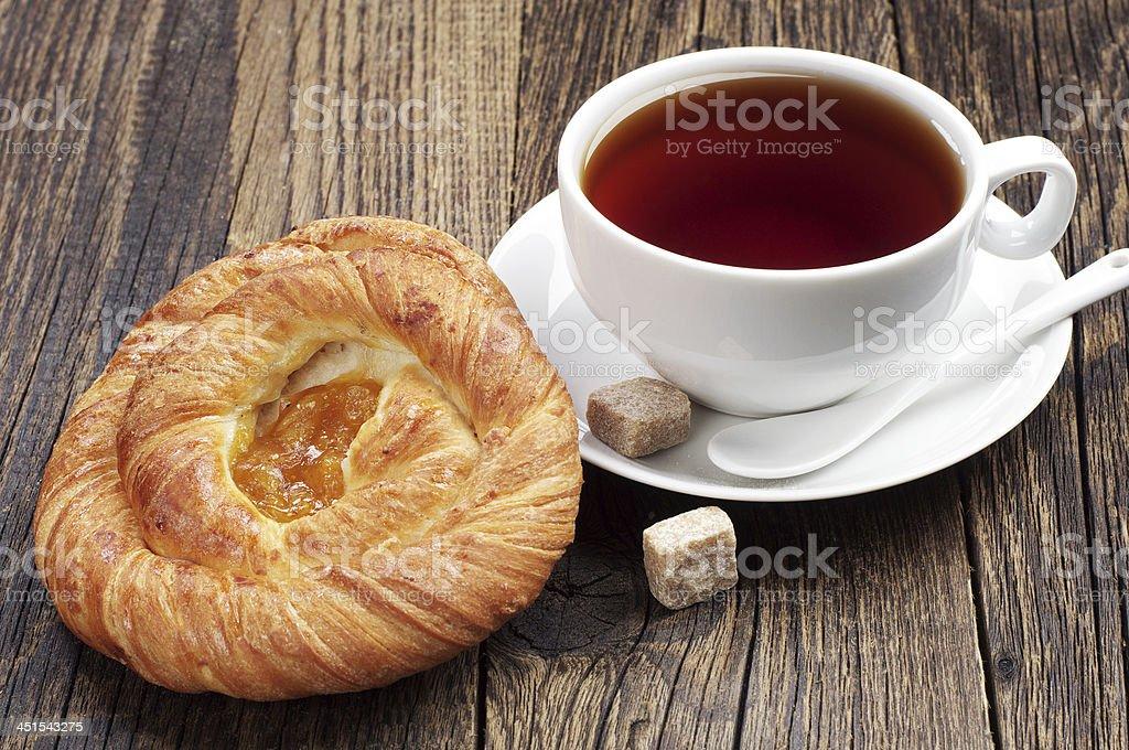 Buns y taza de té foto de stock libre de derechos