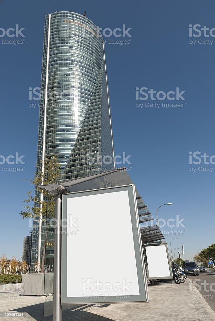 Parada de autobús Cartelera [ con ruta ] y rascacielos de trabajo - foto de stock
