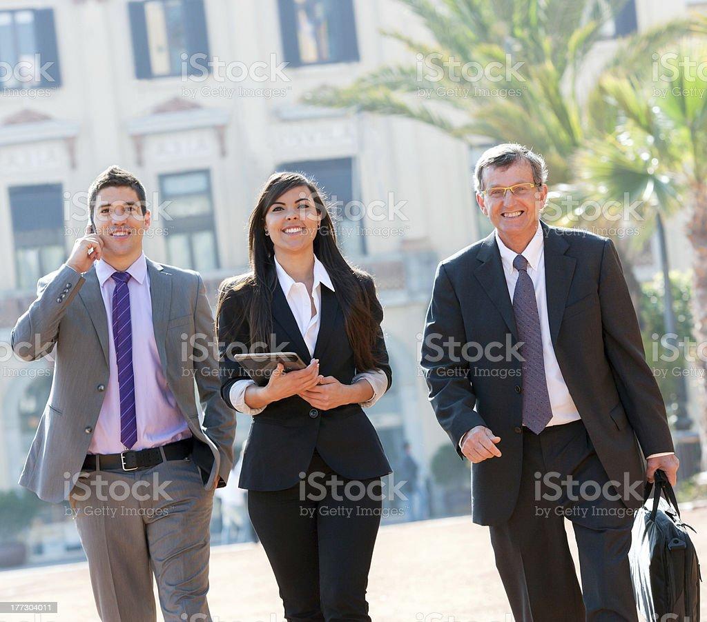 Collègues de travail à l'extérieur. photo libre de droits