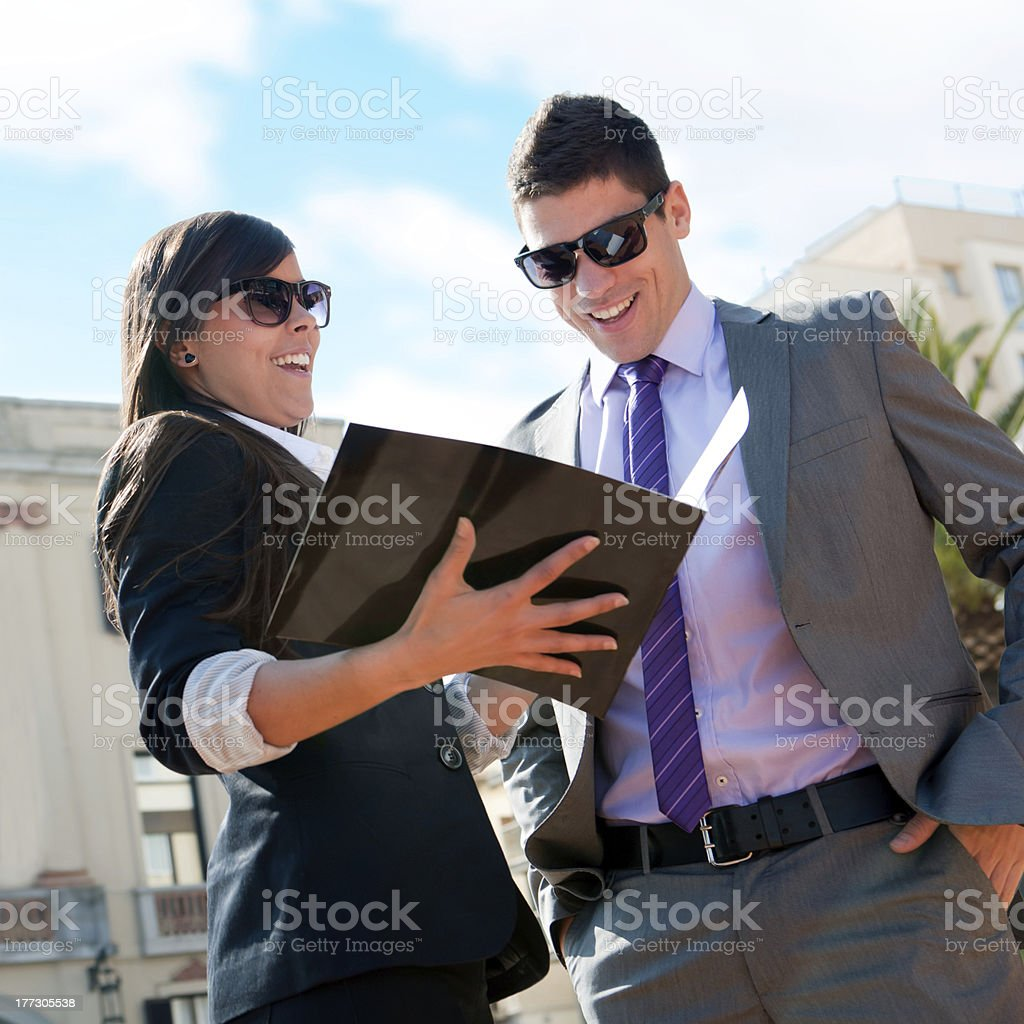 couple d'affaires à l'extérieur avec le catalogue. photo libre de droits