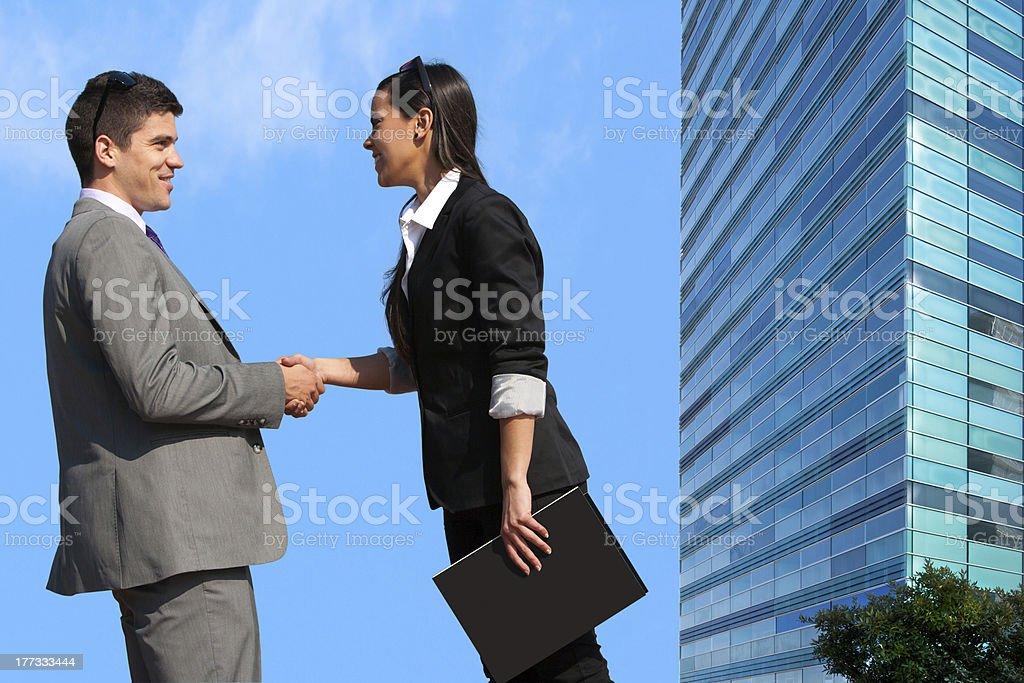 couple d'affaires se serrant la main sur affaire en plein air. photo libre de droits
