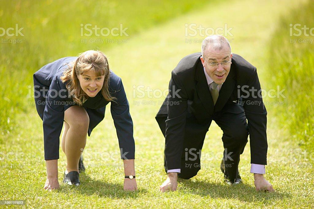 Homme d'affaires et femme line jusqu'à concurrence de course photo libre de droits
