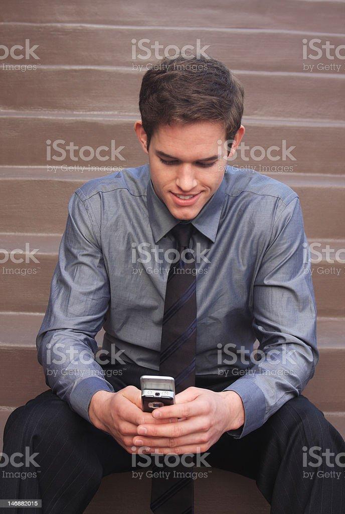 Homme d'affaires vérifiant messages photo libre de droits